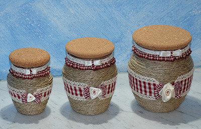 Tris barattoli di vetro rivestiti di corda con tappo di sughero