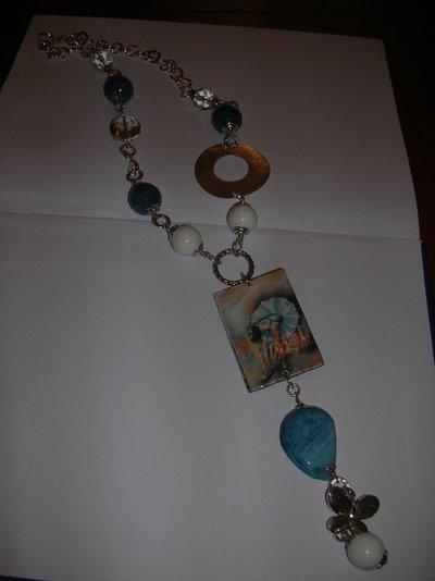 collana lunga in metallo rodiato con piastra in decoupage