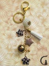 Portachiavi dorato con campanellino, nappa, perline e stelle in fimo realizzate a mano.