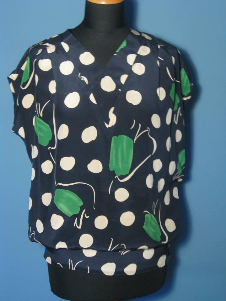 Blusa blu in seta con bolli bianchi e fiori verdi