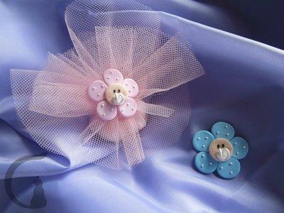 Fiorellino con ciuccio interamente realizzato a mano in pasta FIMO ideale per decorare le vostre bomboniere