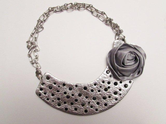 Girocollo in pelle metallizzata color argento