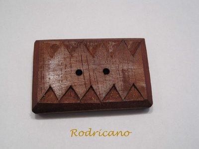 Boton rectangular zigzag caoba