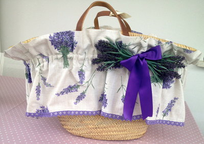 Borsa di paglia con volants in cotone stampa lavanda e bordo pizzo viola
