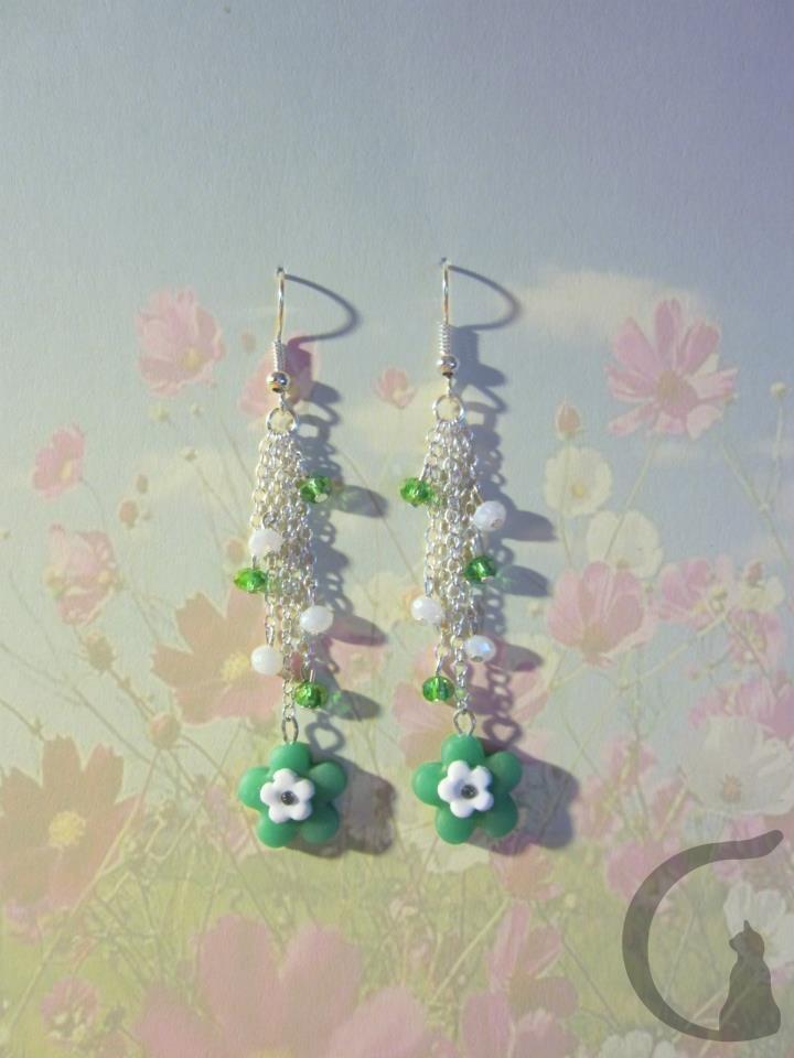 Orecchini pendenti con base colorata realizzati in fimo, nichel free, con swarovsky e brillantino - Arriva la primavera