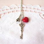 Collana charms chiave, tour eiffel e macaron rosso a forma di cuore in fimo