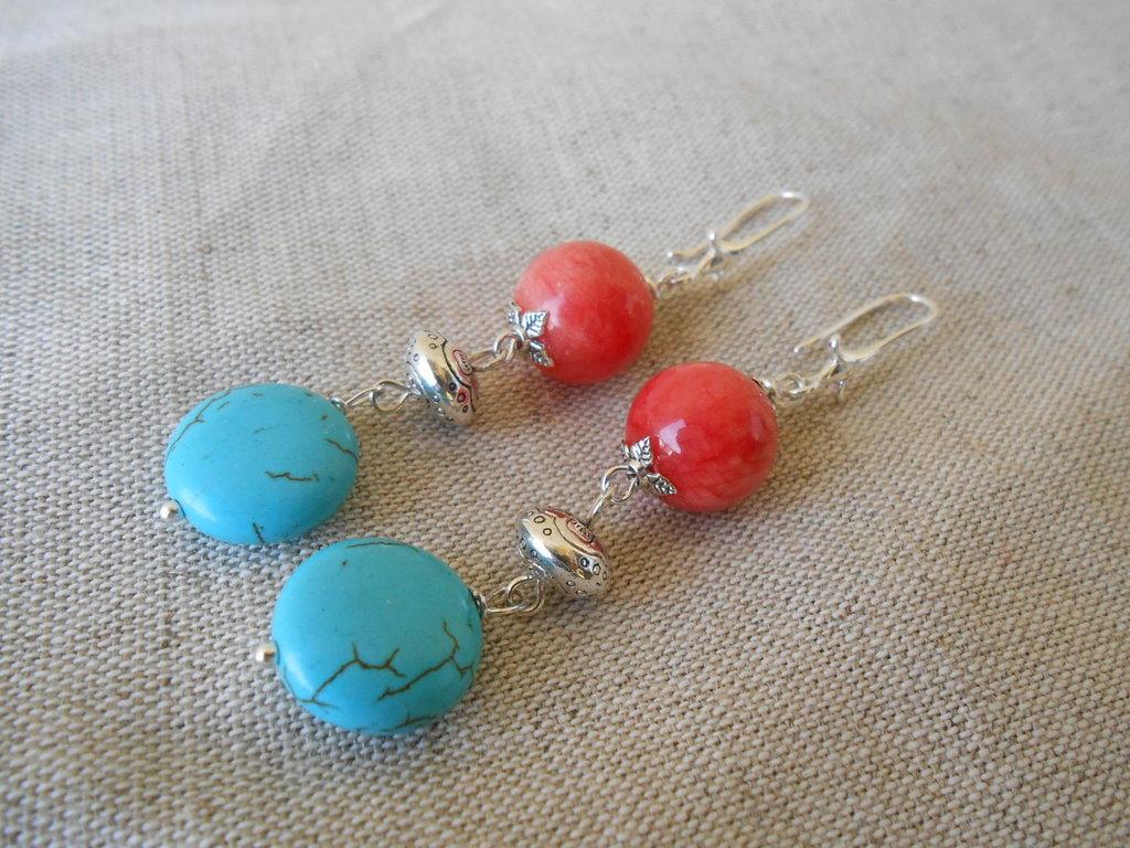 Orecchini pendenti fatti a mano con agata rossa e aulite turchese.