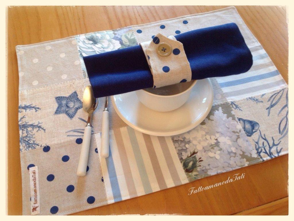 Tovagliette patchwork in cotone sui toni azzurri/ecrù con tovagliolo e portatovagliolo