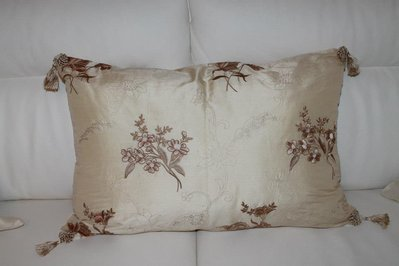 cuscino di seta ricamato
