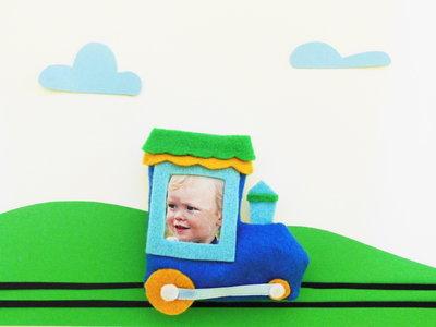 Cornice trenino di feltro: la foto del vostro bambino per bomboniere originali!