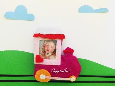 Cornice treno di feltro: la foto della vostra bambina per bomboniere originali!