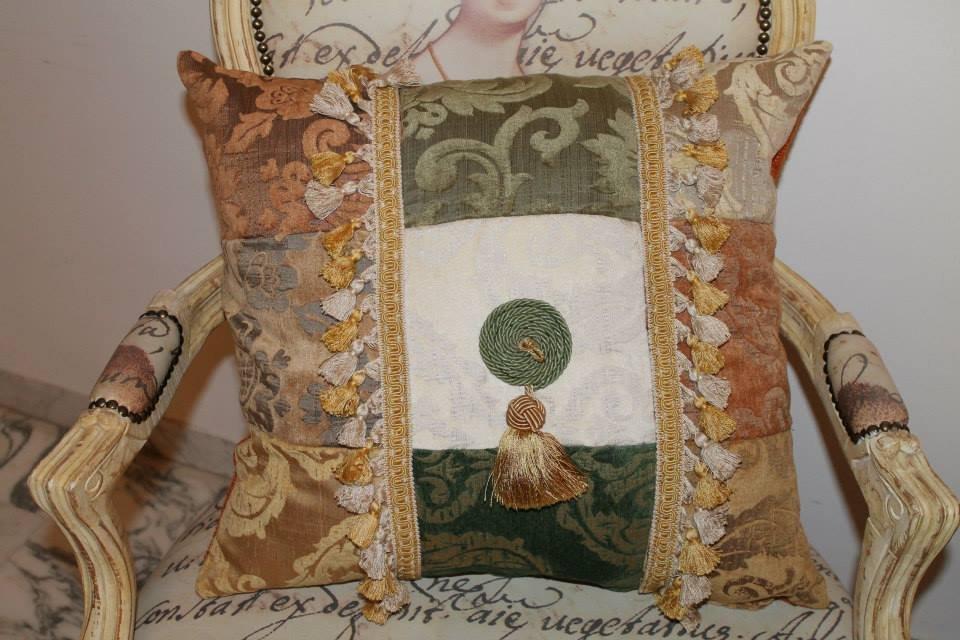 cuscino  con nappine gialle ed ecrù