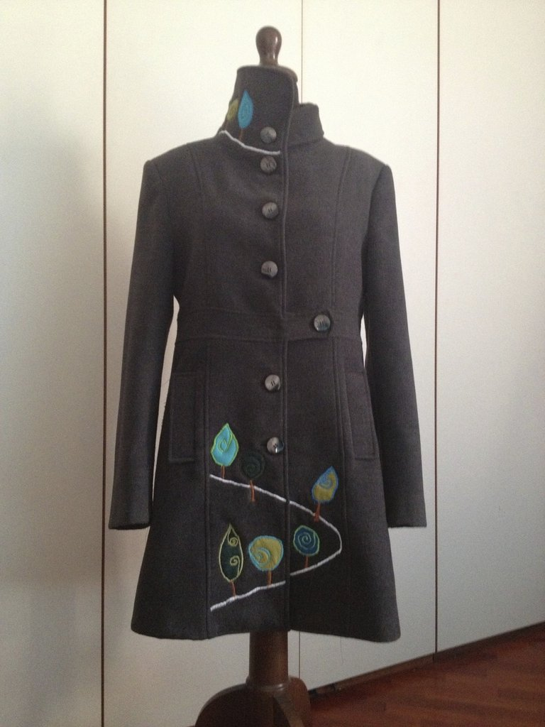 Vivace cappotto con decorazioni fatte a mano.