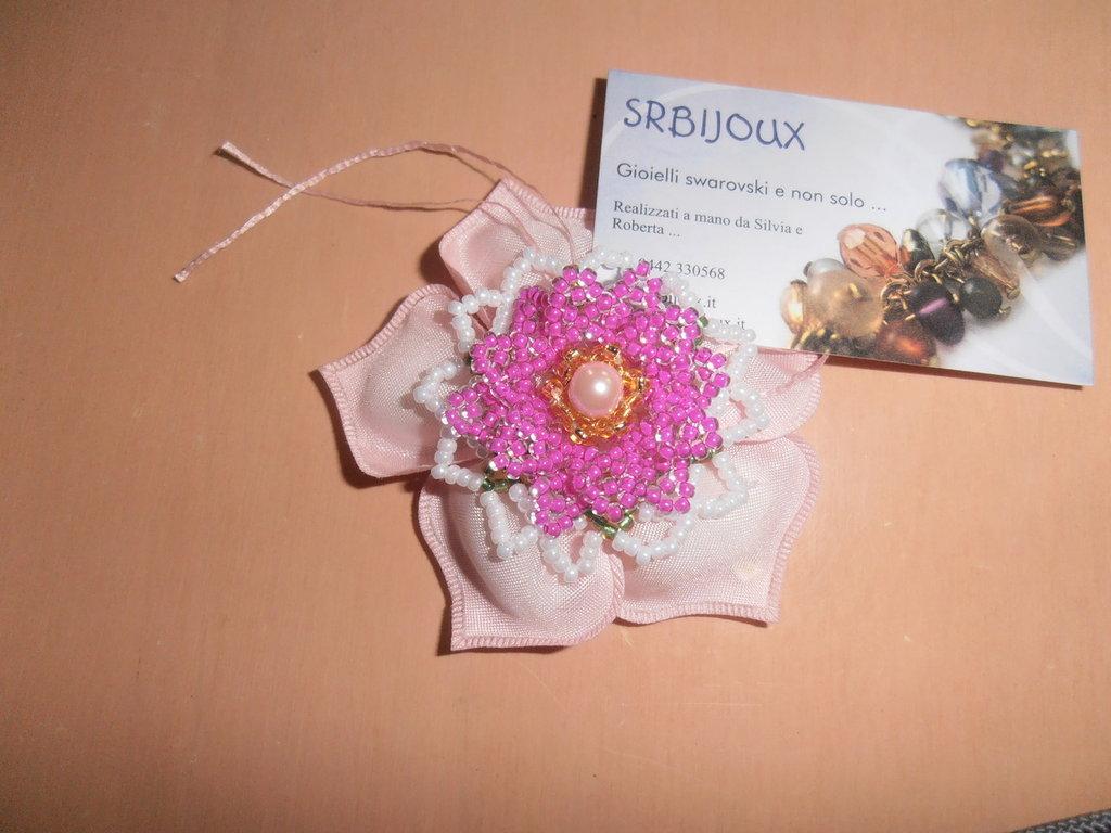 fiore fatto con le perline per bomboniera