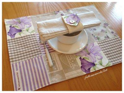 Tovagliette patchwork in cotone sui toni lilla/ecrù con tovagliolo e portatovagliolo