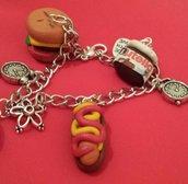 braccialetto in fimo con hot dog, hamburger, nutella e fetta di pizza o iniziale del nome. Ricorda che con 4 oggetti  presi dal nostro negozio la SPEDIZIONE è GRATUITA