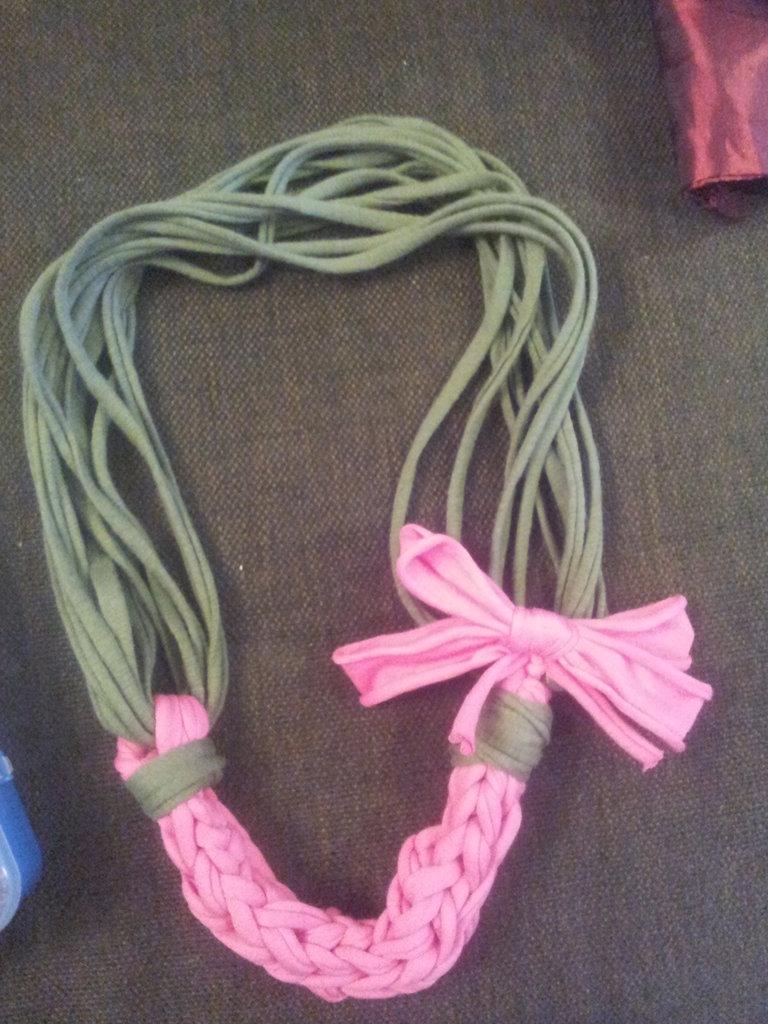 collana in fettuccia verde militare e rosa acceso