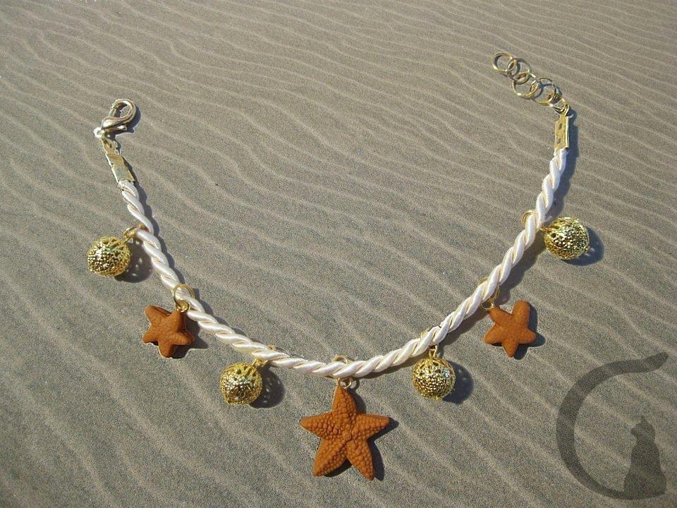 Bracciale di cordino con ciondoli realizzati in pasta fimo e perle in filigrana- Stelle marine