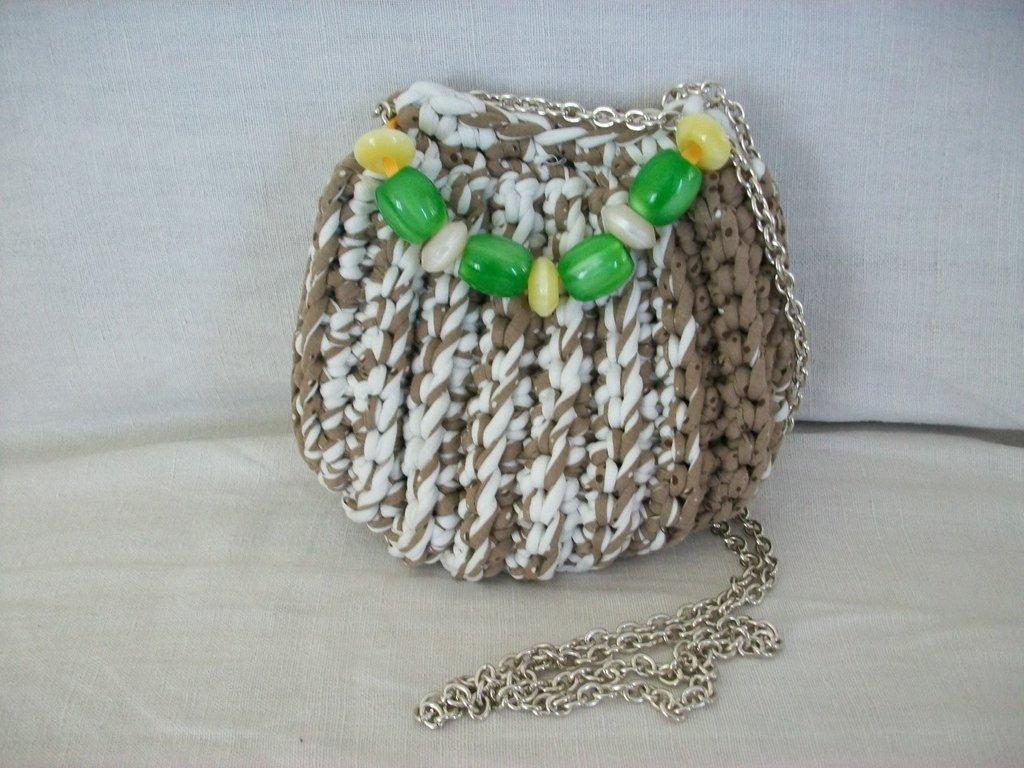 Borsetta a tracolla marrone e bianca, con perle verdi e gialle