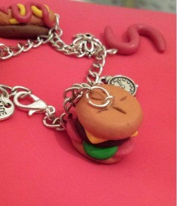 Orecchini pendenti in fimo con panino con hamburger, formaggio, insalata e pomodoro . Con 4 nostri oggetti spedizione gratuita!