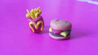 Orecchini in fimo con  patatine fritte e cheeseburger con hamburger, formaggio, insalata e pomodoro. Con 4 nostri oggetti spedizione gratuita!