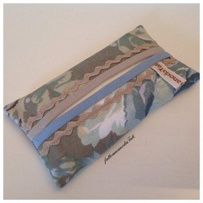 Portafazzoletti da borsa in cotone a fiori azzurro/verde e fettuccia