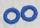 Orecchini blu in cotone con perline