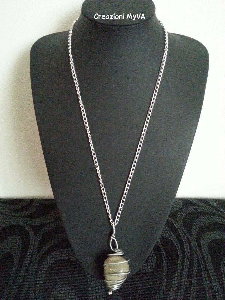Collana catena in metallo e ciondolo in metallo e pietra