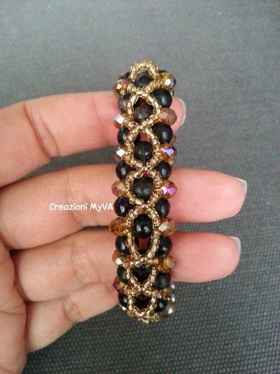 Bracciale con perline oro e perle nere e filo in nylon