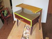Comodino  in legno anni '60, colorato ad anilina viola, tempera verde lime e gommalacca decerata