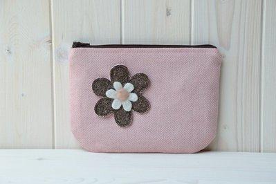 Pochette rosa con cerniera decorata con un fiorellino