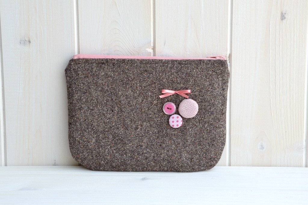 Pochette in lana marrone decorata con bottoncini rosa