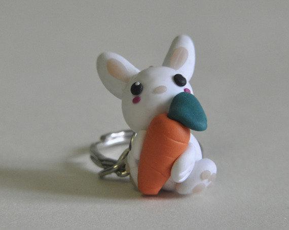 Portachiavi Coniglio Kawaii con Carota - Coniglietto Bianco Con il Suo Spuntino, Realizzato in Pasta Polimerica Simil Fimo