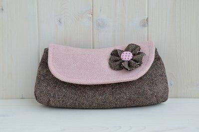 Pochette in lana marrone e rosa con fiorellino