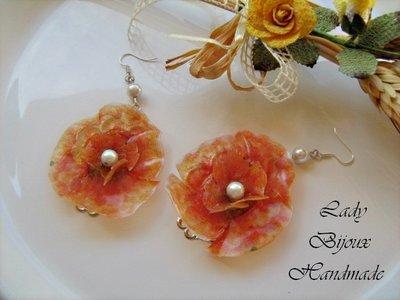 Orecchini pendenti con fiori giallo arancioni fatti in Sospeso Trasparente