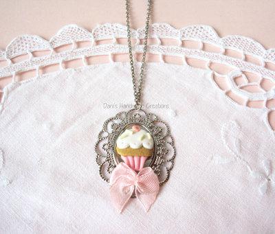 *IN OFFERTA* Collana cammeo argentato, cupcake in fimo e fiocchetto rosa