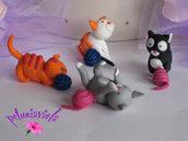 Gattini che giocano con i gomitoli