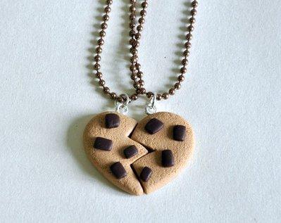 Biscotto dell'Amicizia con Gocce di Cioccolato (2pezzi) - Coppia di Collane per Migliori Amici, Realizzate in Pasta Sintetica