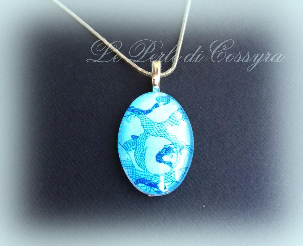 Ciondolo cabochon in vetro decorato colore azzurro cielo