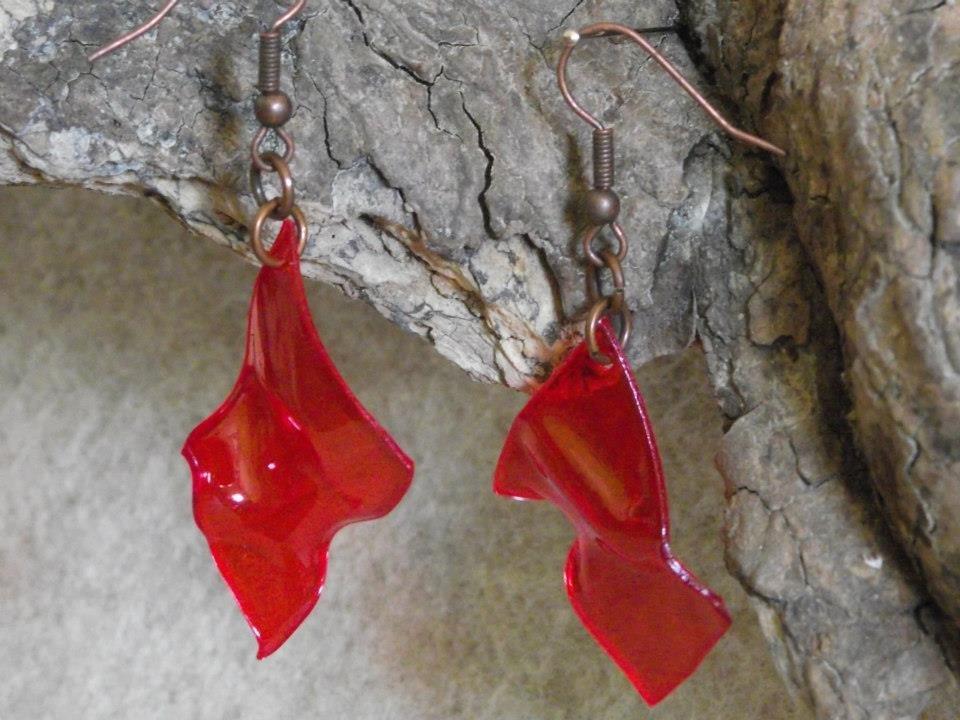 orecchini pendenti finto vetro rosso