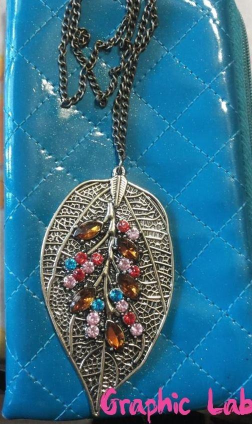 Collana con ciondolo a forma di foglia tempestato di perline multicolor