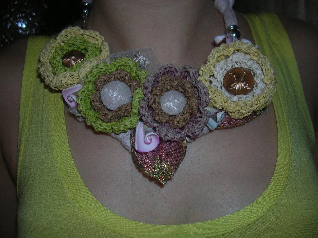 collana con fiori di rafia all'uncinetto