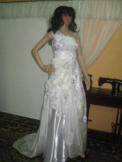 Abito da sposa in bianco e champagne decorato a mano