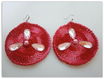 orecchini circolari uncinetto multicolor ( rosa/rosso fragola) con perline e strass