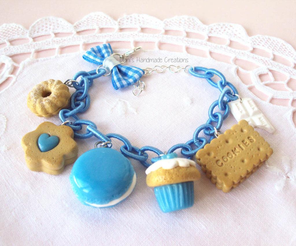 Bracciale biscotti, cupcake, macaron, barretta di cioccolato in fimo, con fiocco e catena di seta azzurra