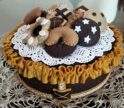 Scatola decorata con biscotti in feltro