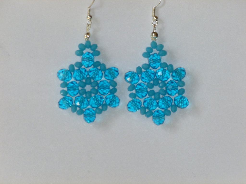 Orecchini pendenti con cristallini e perline azzurre fatti a mano, luminosissimi