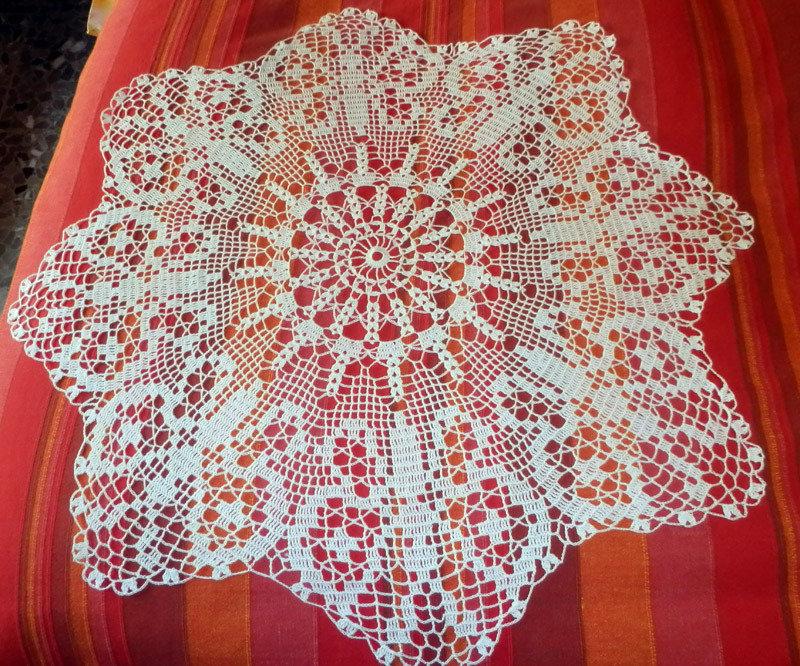 Centro all 39 uncinetto copri tavolo motivo farfalle per - Centro tavolo all uncinetto ...