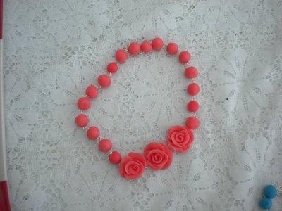 Collana rose e sfere in pasta di mais