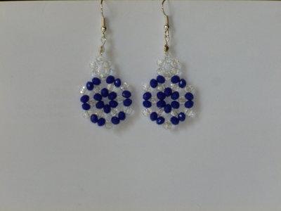Orecchini pendenti con cristallini bianchi e perline blu luminosissimi fatti a mano